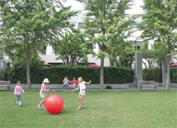 "[<img src=""/site_media/media/files/archive/architecture_australia/images/2005/07/images/050111.jpg"" width=""250"" height=""170"" />, <span>Children often play