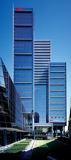 Westpac Place, Sydney, raises the tower above the ground plane to generate new public spaces. Johnson Pilton Walker, 2006. Photograph Brett Boardman.